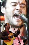 <p>El músico Dave Matthews en una presentación de The Dave Matthews Band en el festival Pepsi Music en Buenos Aires, 3 oct 2008. El grupo Dave Matthews Band arrancará una nueva gira el 14 de abril en el Madison Square Garden de Nueva York, el mismo día en que debutará su nuevo álbum en las tiendas estadounidenses. REUTERS/Marcos Brindicci (ARGENTINA)</p>