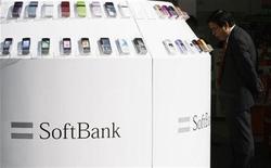 <p>Foto de archivo de teléfonos móviles de Softbank Corp en una tienda de Tokio, 29 oct 2008. Las ventas de teléfonos móviles disminuirán el próximo año a su ritmo más rápido de la historia, por un menor gasto de los consumidores, según una encuesta hecha por Reuters, lo que aumenta la preocupación de los analistas de que los teléfonos se acumulen en las tiendas. REUTERS/Kim Kyung-Hoon</p>
