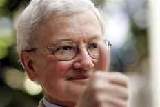 <p>Movie critic Roger Ebert gives the thumbs-up as he arrives at a ceremony to receive a star on the Hollywood Walk of Fame. REUTERS/Mario Anzuoni</p>