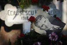 <p>Imagen de archivo de una fotografía del fallecido dictador rumano Nicolae Ceausescu en su tumba en Bucarest, 26 ene 2008. Los herederos del dictador comunista de Rumania Nicolae Ceausescu recibirán las obras de arte que les fueron incautadas por el Estado hace 19 años, entre ellas grabados de Francisco de Goya, según sentenció el miércoles un tribunal. REUTERS/Mihai Barbu (RUMANIA)</p>