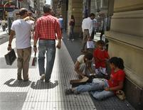 <p>A woman and children beg in downtown Buenos Aires, December 15, 2008. REUTERS/Enrique Marcarian</p>