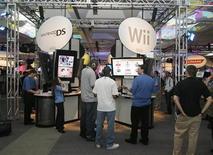 <p>Foto de archivo de visitantes en la tienda de Nintendo en la feria E3 de Los Angeles, EEUU, 15 jul 2008. Uno de cada cuatro adultos entre 35 y 44 años utiliza habitualmente videojuegos, según un estudio presentado el jueves por la Universidad Complutense de Madrid y la Asociación de Videojugadores. REUTERS/Fred Prouser</p>
