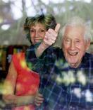 """<p>Mark Felt, la """"gola profonda"""" del caso Waergate, saluta la stampa da una finestra in compagnia della figlia Joan. Foto del 31 maggio 2005. REUTERS/Lou Dematteis</p>"""