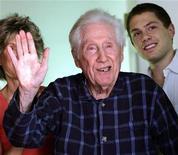 """<p>Марк Фелт приветствует журналистов в своем доме в городе Санта-Роза, штат Калифорния 31 мая 2005 года. Марк Фелт, сыгравший ключевую роль в отставке президента США Ричарда Никсона и известный под псевдонимом """"Глубокая глотка"""", умер в четверг в возрасте 95 лет от сердечного приступа в своем доме в калифорнийском городе Санта-Роза, сообщила местная газета Press Democrat. REUTERS/Lou Dematteis</p>"""
