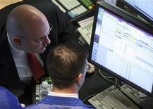 <p>Traders di Borsa lavorano al computer in un'immagine d'archivio. REUTERS/Brendan McDermid</p>