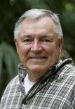 """<p>El autor Les Standiford posa fuera de su estudio en Miami, 12 dic 2008. """"The Man Who Invented Christmas"""", del historiador estadounidense y novelista de crimen Les Standiford, ha disfrutado de ventas anticipadas positivas, en un momento en que muchas personas buscan algo de alegría para disimular la peor recesión económica desde la Gran Depresión. REUTERS/Joe Skipper</p>"""
