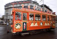<p>A man dressed as Santa Claus drives the Maerlitram tram in Zurich December 20, 2008. REUTERS/Arnd Wiegmann</p>