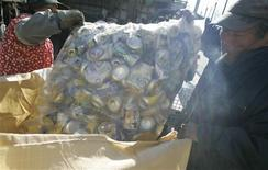 <p>A man sells aluminium cans at an aluminium recycling factory in Kawasaki, south of Tokyo, December 10, 2008. REUTERS/Yuriko Nakao</p>
