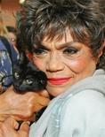 <p>La cantante e attrice Eartha Kitt in una foto del 17 agosto 2004. REUTERS/Albert Ferreira</p>