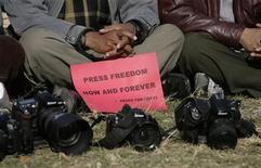 <p>Alcuni fotoreporter durante una protesta. REUTERS/Deepa Shrestha</p>