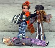 <p>Bambole Bratz e Barbie all'esibizione Dream Toys 2004, a Londra. REUTERS/Stephen Hird</p>