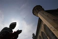 <p>A Muslim man prays inside the Mecca Masjid complex in the southern Indian city of Hyderabad in this December 23, 2008 file photo. REUTERS/Krishnendu Halder</p>