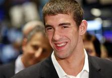 <p>Imagen de archivo del nadador estadounidense Michael Phelps durante una visita en la Bolsa de Valores de Nueva York, 9 sep 2008. El atleta olímpico más grande de la historia regresará a China, pero esta vez como el vocero publicitario de Mazda. REUTERS/Chip East</p>