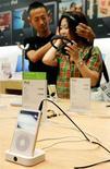 <p>Un Apple store di Tokyo, in un'immagine d'archivio. REUTERS/Kiyoshi Ota/Files</p>