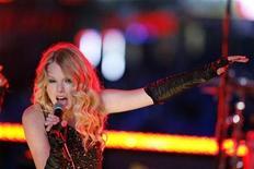 <p>La cantante Taylor Swift durante su presentación en Times Square durante las fiestas de fin de año en Nueva York, 31 dic 2008. Este año comenzó de mala manera para la industria musical estadounidense con una disminución en las ventas de discos de un 6,2 por ciento con respecto a la primera semana del 2008, de acuerdo a datos divulgados el miércoles. REUTERS/Lucas Jackson</p>
