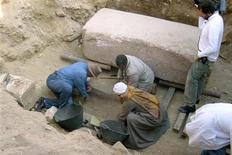<p>Egyptian archaeologist Zahi Hawass (L) excavates a newly discovered grave containing the remains of Queen Shesheti in Saqqara, in this handout photo taken January 6, 2009. REUTERS/Handout</p>