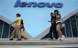 <p>Personas caminan frente de una tienda de Lenovo store en Pekín, 20 ago 2008. Lenovo Group, el cuarto mayor fabricante de computadoras del mundo, anticipó una pérdida trimestral debido a que la desaceleración de la economía de China ha golpeado a sus ventas y anunció que eliminará 2.500 empleos para lidiar con la caída de la demanda. REUTERS/Gil Cohen Magen (CHINA)</p>