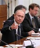 <p>Премьер-министр России Владимир Путин на встрече с иностранными журналистами в Ново-Огарево 8 января 2008 года. Представитель премьер-министра России Владимира Путина в пятницу подтвердил, что Россия и Евросоюз достигли согласия о выделении наблюдателей от ЕС для обеспечения транзита российского газа в Европу через территорию Украины. REUTERS/RIA Novosti/Alexei Lebedev/Pool (RUSSIA)</p>