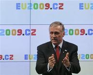 <p>Премьер-министр Чехии Мирек Тополанек выступает на пресс-конференции в Праге 7 января 2009 года. Премьер-министр России Владимир Путин пообещал, что наблюдательная миссия Евросоюза сможет работать везде, где это необходимо, для обеспечения поставок российского газа в Европу через Украину, сказал в пятницу премьер-министр Чехии Мирек Тополанек. REUTERS/David W Cerny (CZECH REPUBLIC)</p>