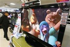 <p>Un hombre parado cerca de un televisor de LG Electronics en una tienda en Seúl , 9 ene 2009. El conglomerado surcoreano de electrónica LG Electronics Inc dijo el viernes que buscará elevar este año en un 50 por ciento sus ventas de televisores LCD, en una jugada que según analistas busca atacar a sus rivales japoneses en el inestable mercado de pantallas planas. REUTERS/Lee Jae-Won</p>