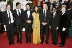 """<p>El elenco y equipo del filme """"Slumdog Millionaire"""" arriba a la versión número 66 de los premios Golden Globe en Beverly Hills, California, 11 ene 2009. REUTERS/Lucy Nicholson (UNITED STATES)</p>"""