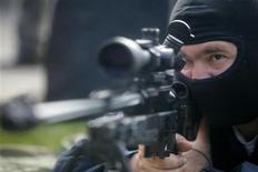 <p>Franco atiradores poderão ser descobertos em seus esconderijos antes mesmo de darem um único tiro, graças a uma tecnologia de vigilância a laser que será revelada na Grã-Bretanha na terça-feira. REUTERS/Mihai Barbu (ROMANIA) (Newscom TagID: rtrphotosthree417987) [Photo via Newscom]</p>
