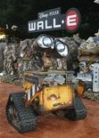 """<p>Un robot animatrónico del personaje Wall-E en el estreno del filme de Disney-Pixar """"Wall-E"""" en Los Angeles, 21 jun 2008. La cinta animada """"WALL-E"""" y el documental """"Man on Wire"""" fueron elegidos como los mejores filmes examinados por críticos del cine durante el 2008, según el sitio de internet Rotten Tomatoes (http://www.rottentomatoes.com). REUTERS/Fred Prouser</p>"""