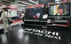 <p>Foto de archivo de una televisón de alta definción de Hitachi en una tienda de artículos electrónicos en Tokio, 16 mayo 2007. Hitachi Ltd, el principal fabricante de artículos electrónicos de Japón, ahora enfrenta una pérdida neta anual de más de 1.100 millones de dólares en vez de las ganancias previstas, golpeado por una fuerte baja en la venta de microchips, dijeron el viernes fuentes. REUTERS/Kim Kyung-Hoon</p>