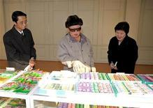 """<p>Лидер Северной Кореи Ким Чен Ир (в центре) посещает кондитерскую фабрику в Пхеньяне. Фото опубликовано 16 января 2009 года. У Северной Кореи достаточно """"оружейного"""" плутония, чтобы создать четыре-пять ядерных бомб, сказал в субботу журналистам американский эксперт Селиг Харрисон, вернувшись с переговоров в Пхеньяне. REUTERS/KCNA (NORTH KOREA).</p>"""