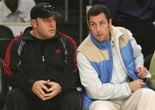 """<p>Foto de archivo de los comediantes Kevin James (izquierda en la imagen) y Adam Sandler durante el encuentro de baloncesto entre Los Angeles Lakers y Boston Celtics en Los Angeles, 25 dic 2008. Kevin James, la estrella de la comedia de televisión """"The King of Queens"""", es también ahora el rey de la taquilla cinematográfica de América del Norte gracias a que su primer protagónico en un filme tuvo un inesperado éxito en su debut. REUTERS/Danny Moloshok</p>"""