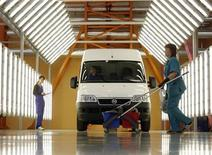 <p>A worker inspects a newly produced Fiat Ducato at the Severstal Auto plant in Elabuga May 27, 2008. REUTERS/Denis Sinyakov</p>