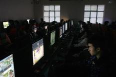 """<p>Clientes utilizan computadoras en un café de internete en Shanghái, China, 5 ene 2009. China bloqueó 244 nuevas páginas web pornográficas durante la última semana, dijo la agencia oficial Xinhua, elevando el número total de sitios cerrados en una campaña contra el contenido """"vulgar"""" a más de 700. REUTERS/Aly Song (CHINA)</p>"""