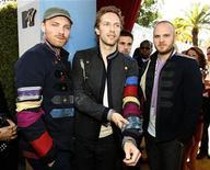 <p>Foto de archivo de la banda Coldplay en los premios MTV Movie Awards 2008 en Los Angeles, 1 jun 2008. La aclamada banda de rock británica Coldplay y la cantante galesa Duffy lideran la lista de nominados en los premios BRIT 2009, la más importante premiación de la música pop del Reino Unido, con cuatro nominaciones cada uno, anunciaron el martes los organizadores del evento. REUTERS/Mario Anzuoni/Archivo</p>
