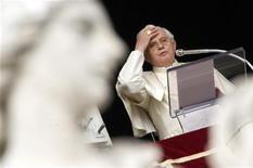 <p>Papa Benedetto XVI durante l'Angelus in Piazza San Pietro il 18 gennaio scorso. REUTERS/Alessandro Bianchi (VATICAN)</p>