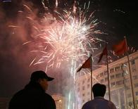 <p>Fuochi d'artificio per le strade di Pechino. REUTERS/David Gray (CHINA)</p>