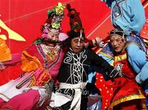 <p>Performers dressed in traditional costume dance while holding each other during a show celebrating Chinese New Year at Longtan Park in Beijing, January 25, 2009. REUTERS/David Gray</p>