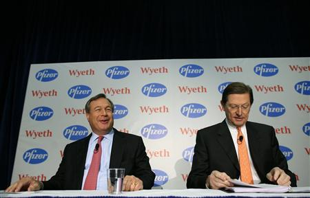 Jeffrey Kindler (L), Chairman and CEO of Pfizer, and Bernard Poussot, Chairman and CEO of Wyeth, attend a news conference announcing the merger of the two companies in New York, January 26, 2009. Pfizer Inc, the No. 1 drugmaker, said it would acquire U.S. rival Wyeth for about $68 billion in a move to diversify its revenue base. REUTERS/Brendan McDermid (UNITED STATES)