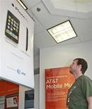 <p>AT&T fait état d'une baisse de son bénéfice trimestriel, la croissance soutenue de ses activités de téléphonie mobile ayant été occulté par des coûts élevés de promotion de l'iPhone d'Apple et des résiliations d'abonnements fixes. /Photo prise le 10 juillet 2008/REUTERS/George Frey</p>