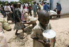<p>A boy carries a tin of cooking oil from a food aid distribution centre in Chirumanzi, 250 km (155 miles) southeast of Harare, Zimbabwe, January 15, 2009. REUTERS/Philimon Bulawayo</p>
