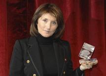 <p>Cecilia Attias, ex esposa del presidente de Francia, Nicolas Sarkozy, sostiene un premio en la ceremonia de Mena Cristal en Faraya, en Líbano, 28 ene 2009. Ladrones entraron este mes en la casa de la ex esposa del presidente francés Nicolas Sarkozy y robaron joyas valoradas en unos 500.000 euros (654.000 dólares), dijeron el jueves fuentes de la policía. REUTERS/Assaad Daw</p>