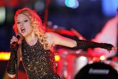<p>Musician Taylor Swift performs in Times Square during New Year festivities in New York in this file phtoo from December 31, 2008. REUTERS/Lucas Jackson</p>