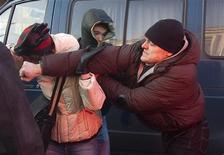 """<p>Мужчина атакует участницу """"Марша Несогласных"""" в Москве 31 января 2009 года. Российская оппозиция сумела провести в субботу в Москве несанкционированный """"Марш Несогласных"""", перекрыв одну из центральных улиц столицы. Шествие безуспешно пытались разогнать около 20 людей, скрывавших лица под медицинскими масками, и несколько милиционеров. REUTERS/Thomas Peter (RUSSIA)</p>"""