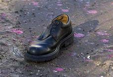 <p>Ботинок, брошенный участником акции протеста против Всемирного экономического форума в Давосе 31 января 2009 года. Сотни людей в Женеве и Давосе протестовали в субботу против Всемирного экономического форума, говоря, что его участники не в состоянии решить мировые проблемы. REUTERS/Miro Kuzmanovic (SWITZERLAND)</p>