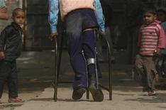 """<p>M. Gulzar Saifi, quien sufre de polio y aparece en el documental nominado al Oscar """"The Final Inch"""", se traslada por una calle en el estado de Uttar Pradesh, 28 ene 2009. """"The Final Inch"""", un cortometraje sobre la lucha contra la polio, y """"Smile Pinki"""", la historia de una niña con una deformación en su labio, son dos de los cuatro filmes nominados en la categoría de Mejor Corto Documental para los premios de la Academia. REUTERS/Adnan Abidi (INDIA)</p>"""
