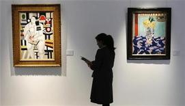 <p>Una mujer mira obras de arte en la casa de subastas Christie's en Londres, 29 ene 2009. Las casas de subastas europeas entrarán este mes en un terreno desconocido mientras buscan evaluar la manera en que la crisis económica está afectando el apetito de sus clientes adinerados por las obras de arte multimillonarias. REUTERS/Luke MacGregor</p>