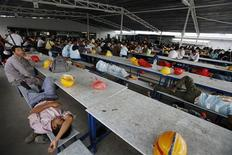 <p>Migrant workers employed as labourers at a construction site rest during lunchtime in Singapore in this January 13, 2009 file photo. REUTERS/Vivek Prakash/Files</p>