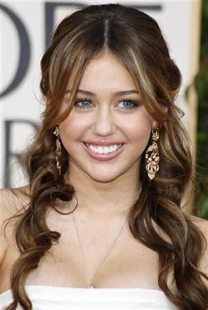 Singer and actress Miley Cyrus arrives at the 66th annual Golden Globe awards in Beverly Hills, California January 11, 2009. REUTERS/Lucy Nicholson