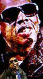 <p>Foto de archivo de la presentación del rapero Jay-Z durante el festival de Glastonbury, Inglaterra, 28 jun 2008. Los boletos para el festival británico de Glastonbury casi se han agotado, a cinco meses del comienzo de uno de los eventos musicales al aire libre más grandes de Europa, señalaron el martes sus organizadores. REUTERS/Luke MacGregor</p>