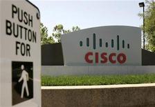 <p>Foto de archivo de la sede de Cisco Systems en San Jose, EEUU, 6 mayo 2008. El fabricante estadounidense de equipos de redes Cisco Systems Inc reportó el miércoles una fuerte caída en sus ingresos del segundo trimestre fiscal, porque la desaceleración económica obligó a las empresas a recortar sus gastos en tecnología. REUTERS/Robert Galbraith</p>