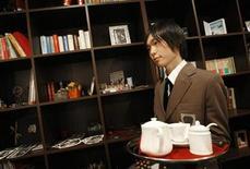 <p>Waiter Yuta Asami works at Edelstein cafe in Tokyo January 29, 2008. REUTERS/Toru Hanai</p>